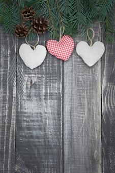 Pequeno coração em velhas mesas de madeira