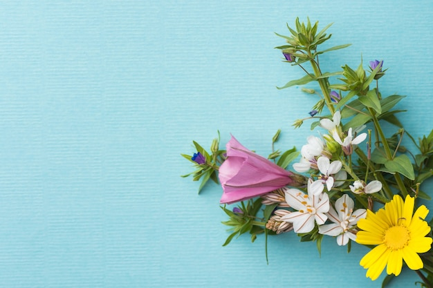 Pequeno elegante buquê de flores
