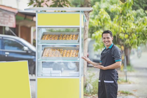 Pequeno empresário e sua barraca de comida
