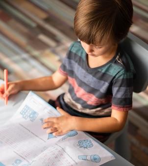 Pequeno estudante online escrevendo