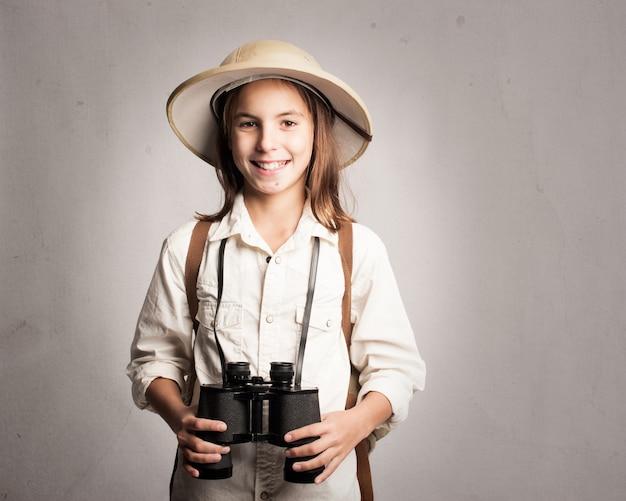 Pequeno explorador segurando binóculos