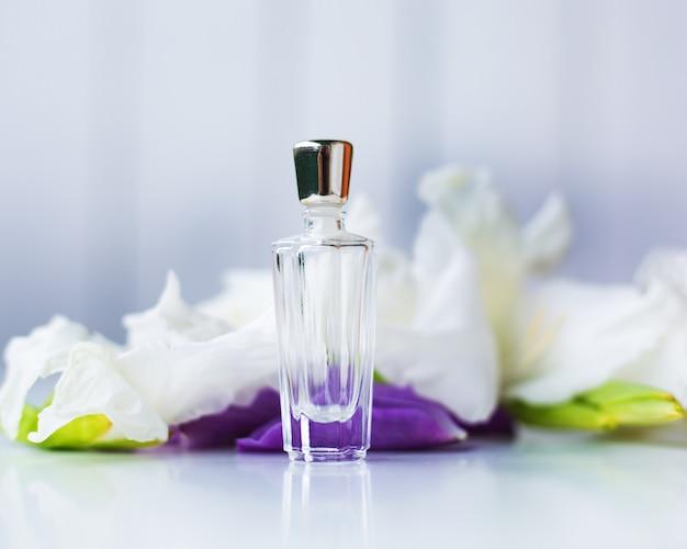 Pequeno frasco de perfume com flores
