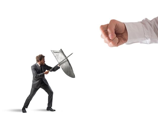 Pequeno homem de negócios desafia grandes problemas lutando com escudo e espada