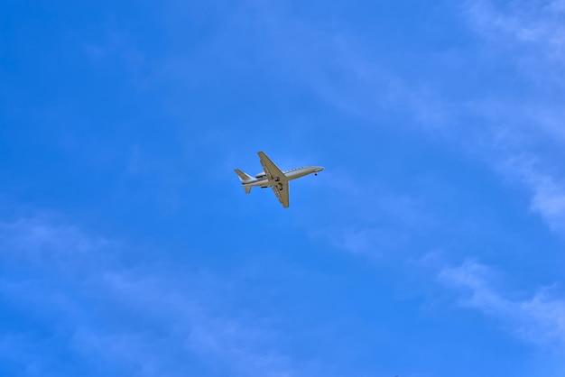 Pequeno jato particular pousando ou decolando no céu azul