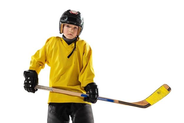 Pequeno jogador de hóquei com o taco na quadra de gelo