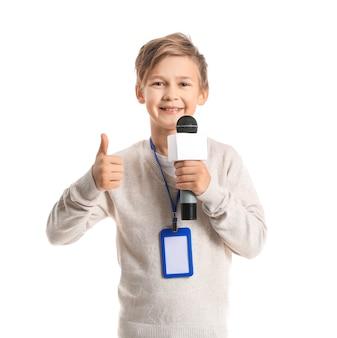 Pequeno jornalista com microfone mostrando gesto de polegar para cima