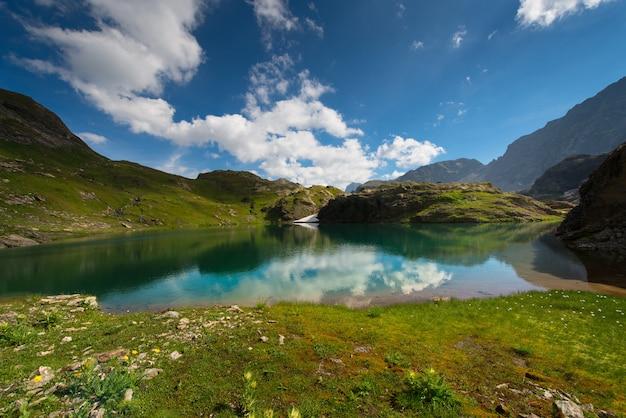 Pequeno lago de alta montanha com transparente
