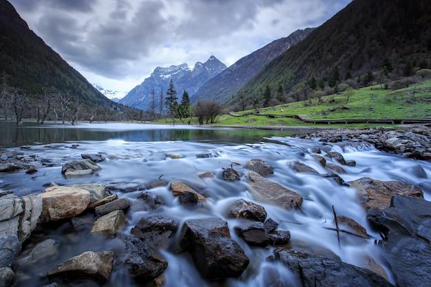 Pequeno lago e monte siguniang é o pico mais alto das montanhas qionglai no oeste da china