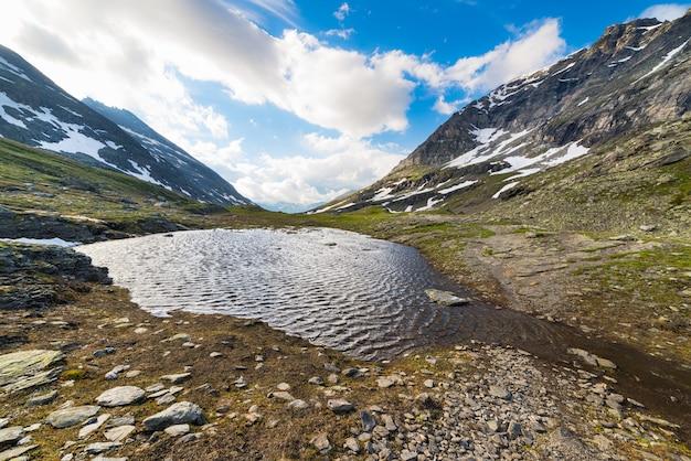 Pequeno lago em alta altitude nos alpes