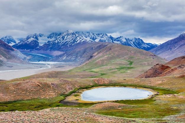 Pequeno lago no himalaia