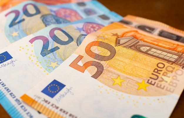 Pequeno leque de notas de euro sobre uma mesa