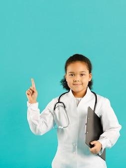 Pequeno médico apontando para cima