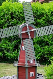 Pequeno moinho de vento entre as árvores do jardim.