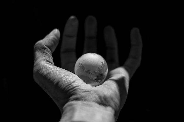 Pequeno mundo em uma mão humana.