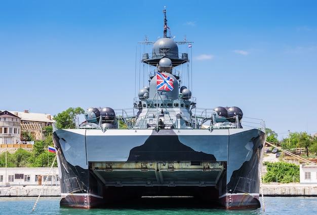 Pequeno navio com mísseis na almofada de ar samum ancorado na baía de sevastopol