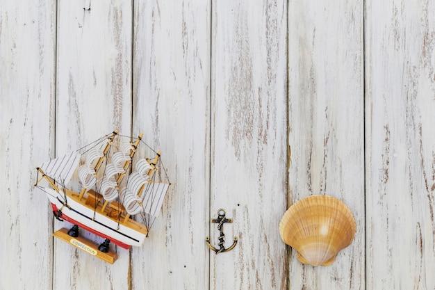 Pequeno navio composto com concha