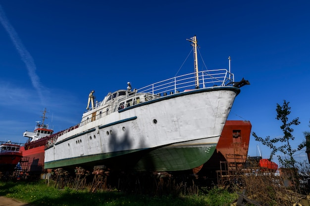Pequeno navio em terra no estaleiro de reparação de navios