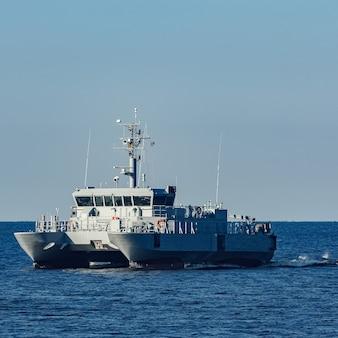 Pequeno navio militar cinza saindo do mar báltico