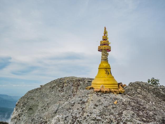 Pequeno pagode dourado em