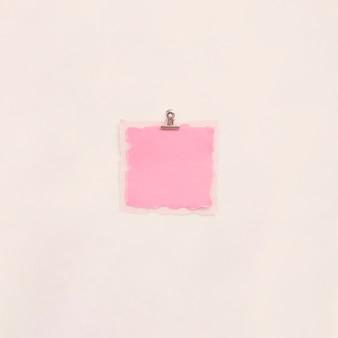 Pequeno papel em branco na mesa de luz