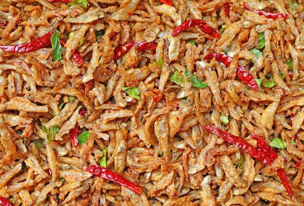Pequeno peixe frito com ervas e pimenta