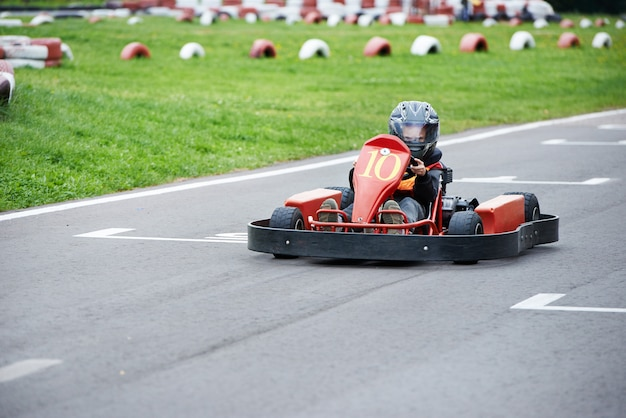 Pequeno piloto de kart na pista
