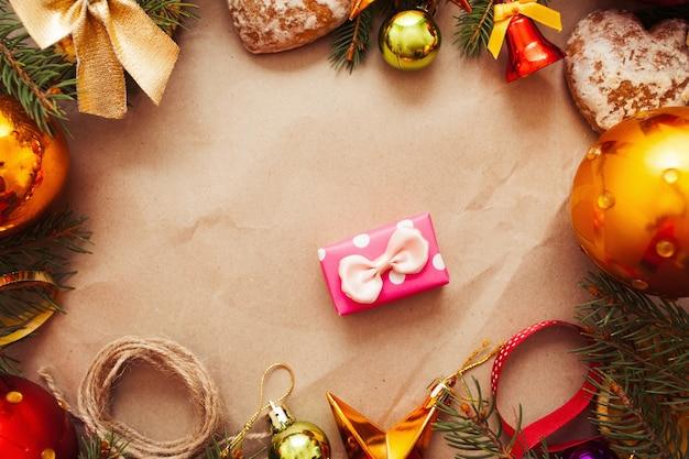 Pequeno presente rosa em moldura de decoração de natal