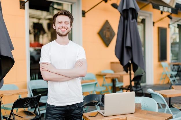 Pequeno, proprietário negócio, exterior, seu, café, com, laptop