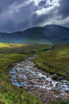 Pequeno riacho em glen brittle, onde os fairy pools ficam na ilha de skye no verão, na escócia