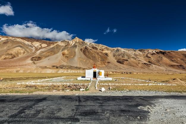 Pequeno templo hindu em sarchu na estrada de manali-leh. limite entre himachal pradesh e ladakh, índia