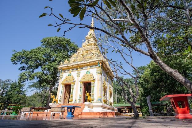Pequeno templo na floresta