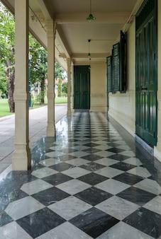 Pequeno terraço com o piso de ladrilho de mármore.