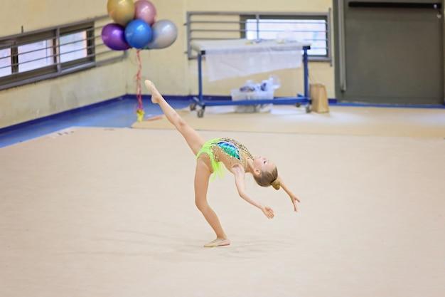 Pequeno treino de ginasta no tapete