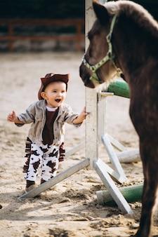 Pequeno vaqueiro no rancho
