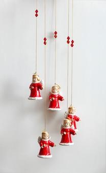 Pequenos anjos em roupas de natal.