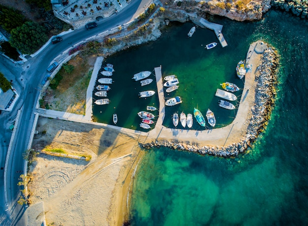 Pequenos barcos a motor ancorados na doca, ilha de paros, grécia, vista de cima