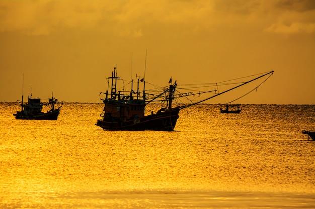 Pequenos barcos de pesca no mar mar na hora do crepúsculo