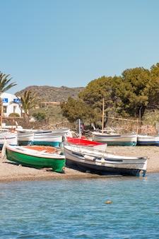 Pequenos barcos de pesca tradicionais na praia após um dia de trabalho
