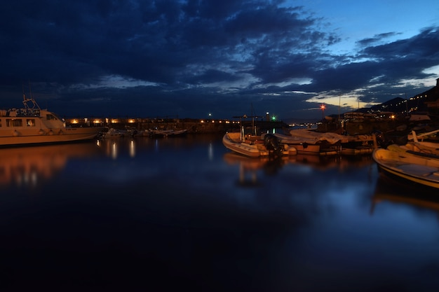 Pequenos barcos no pequeno porto de camogli