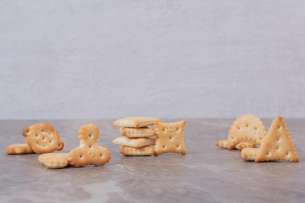 Pequenos biscoitos saborosos na mesa branca.