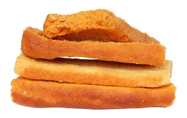 Pequenos biscoitos torrados isolados sobre fundo branco