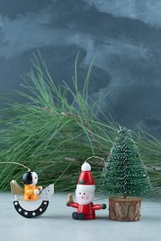 Pequenos brinquedos festiveto de natal em fundo de mármore. foto de alta qualidade