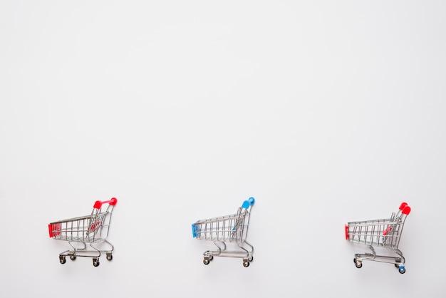 Pequenos carrinhos de compras de brinquedos