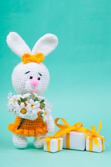 Pequenos coelhos de malha feitos à mão