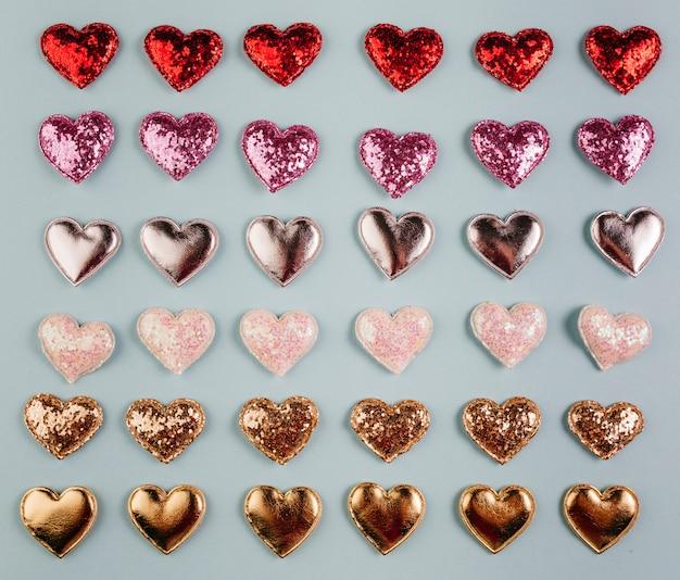 Pequenos corações brilhantes diferentes na mesa