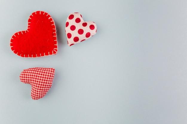 Pequenos corações brilhantes macias na mesa