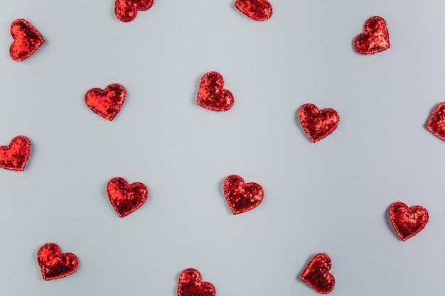 Pequenos corações brilhantes na mesa