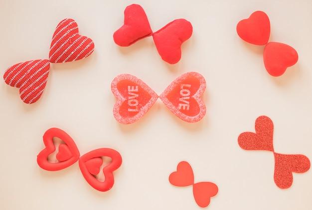 Pequenos corações diferentes na mesa bege