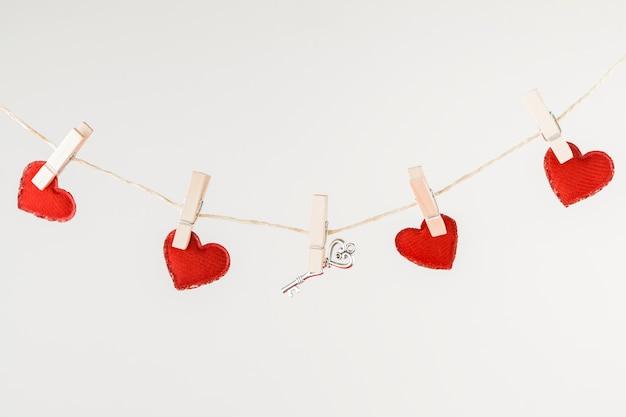Pequenos corações pendurados na corda