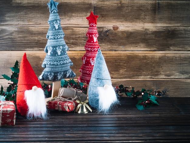 Pequenos elfos de natal com caixas de presente